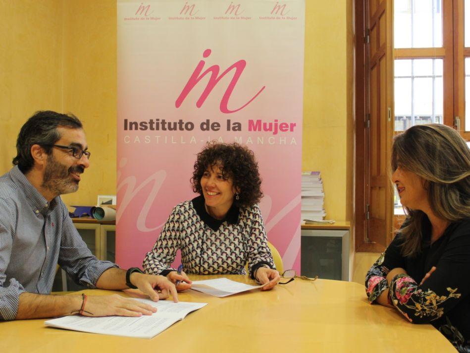 Carmen Pimienta con los responsables de la Fundacion Diagrama